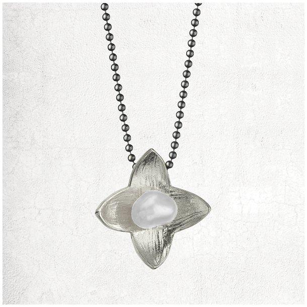 Halskæde med sølv stjerneblomst med perle